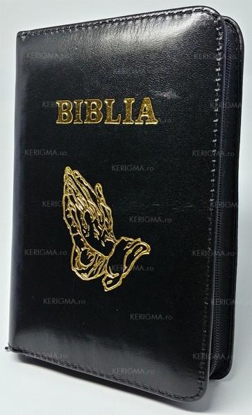 Biblia sau Sfânta Scriptură a Vechiului și Noului Testament. Cu trimiteri și cuvintele Domnului Isus în roșu. 043PF (mâini în rugăciune)